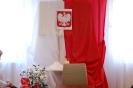 Sala muzykoterapii w Soli Deo, okolicznościowa dekoracja, Godło Polski na tle biało-czerwonego materiału