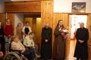 Hol przed kaplicą w Domu Nadziei, s. Pia ze wzruszeniem dziękuje za życzenia