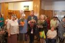 Hol przed kaplicą w Domu Nadziei, wspólnota Żułowa składa życzenia s. Pii