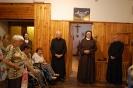 Hol przed kaplicą w Domu Nadziei, s. Szymona ze wzruszeniem przyjmuje życzenia
