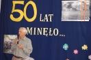 Szkoła Św. Maksymiliana w Laskach, na scenie Pan Jan Krakowiak dzieli się swoimi wspomnieniami