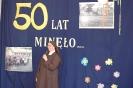 Szkoła Św. Maksymiliana w Laskach, na scenie Matka Radosława wita przybyłych Gości
