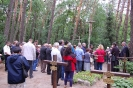 Cmentarz w Laskach, modlitwę przy grobach Założycieli Dzieła Triuno prowadzi ks.Tomasz