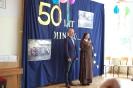 Szkoła Św. Maksymiliana w Laskach, na scenie s. Liliana i Pan Wojciech Święcicki Dyrektor Szkoły witają przybyłych Gości
