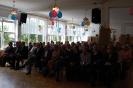 Szkoła Św. Maksymiliana w Laskach, sala spotkania, Gospodarze i Goście siedzą na krzesłach przed sceną