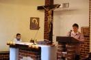 Kaplica w Domu Nadziei, Msza Święta, czyta Pani Ewa, w prezbiterium po lewej stronie słucha Pan Piotr