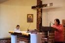 Kaplica w Domu Nadziei, Msza Święta, czyta Pani Barbara, w prezbiterium po lewej stronie słucha Pan Piotr