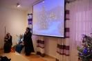 Sala muzykoterapii, Matka Radosława zwraca się do Zgromadzonych, na ekranie wyświetlony obraz świątecznej choinki