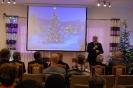 Sala muzykoterapii, pan Andrzej Leńczuk Starosta Krasnostawski zwraca się do Zgromadzonych, na ekranie wyświetlony obraz świątecznej choinki