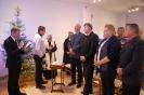 Sala muzykoterapii, pan Paweł czyta ewangelię, ks. Antoni z panem Piotrem, zacni Goście słuchają w skupieniu