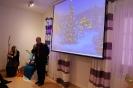 Sala muzykoterapii, pan Waldemar Fedorowicz Dyrektor PCPR w Krasnymstawie zwraca się do Zgromadzonych, na ekranie wyświetlony obraz świątecznej choinki