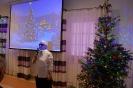 Sala muzykoterapii, pani Maria zwraca się do Zgromadzonych, na ekranie wyświetlony obraz świątecznej choinki