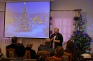Sala muzykoterapii, pani Monika Grzesiuk Wójt Gminy Kraśniczyn zwraca się do Zgromadzonych, na ekranie wyświetlony obraz świątecznej choinki_1