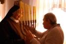 Świetlica w Domu Nadziei, s. Szymona prezentuje pani Ani menorę