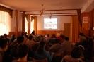 Świetlica w Domu Nadziei, pierwszy plan uczestnicy spotkania, drugi plan fotografia wyświetlona na ścianie