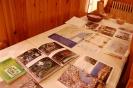 Świetlica w Domu Nadziei, stół z wyłożonymi pamiątkami w postaci albumów, atlasów, olejków, muszelek z morza śródziemnego