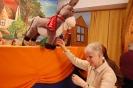 Scena w Świetlicy Domu Nadziei, Pani Urszula ogląda lalkę Osła