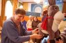 Świetlica w  Domu Nadziei, Pani Teresa ogląda lalkę Osiołka
