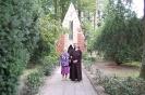 Nałęczów, otoczenie Muzeum Stefana Żeromskiego, s. Pia spaceruje z Panią Elżbietą, w tle Mauzoleum Adam Żeromskiego