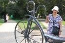 Nałęczów, Park Zdrojowy, Pani Maria stoi przy bicyklu