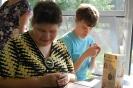 Nałęczów, Park Zdrojowy, pijalnia czekolady, Pani Joanna i Pani Anna oczekują przy stoliku na zamówioną czekoladę