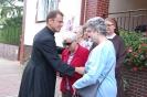 Nałęczów, przed Domem Rekolekcyjnym, ks. Marek dziękuje Pani Marii i Pani Dagmarce