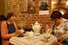 Nałęczów, stylowe wnętrze kawiarni Zielona Willa, Pani Teresa i Pani Grażyna delektują się lodowym deserem