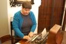 Nałęczów, wnętrze Muzeum Bolesława Prusa, Pani Joanna stoi przy biurku Bolesława Prusa i ogląda maszynę do pisania