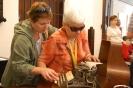 Nałęczów, wnętrze Muzeum Bolesława Prusa, Pani Małgorzata i Pani Maria przy biurku Bolesława Prusa oglądają maszynę do pisania