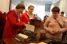 Nałęczów, wnętrze Muzeum Bolesława Prusa, Pani Teresa, Pani Iwona i Pani Grażyna oglądają biurko Bolesława Prusa