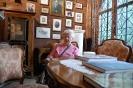 Nałęczów, wnętrze Muzeum Stefana Żeromskiego, Pani Alina odpoczywa na krześle z epoki przy zabytkowym stole