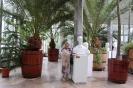 Nałęczów, wnętrze Palmiarni i Pijalni Wód, Pani Maria stoi przy popiersiu w otoczeniu palm