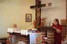 Kaplica w Domu Nadziei, Msza Święta, czyta Pani Barbara, w prezbiterium siedzi ks. Andrzej