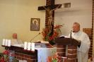 Kaplica w Domu Nadziei, Msza Święta, czyta ks. Antoni, w prezbiterium siedzi ks. Andrzej