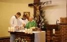 Kaplica w Domu Nadziei, Msza Święta, przy ołtarzu ks. Antoni unosi kielich, w służbie liturgicznej Pan Paweł i Pan Piotr asystują Kapłanowi