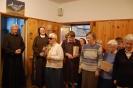 Hol przed Kaplicą w Domu Nadziei, Pani Maria składa na ręce s. Szymony serdecznie życzenia dla całego Zgromadzenia