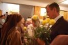 Hol przed Kaplicą w Domu Nadziei, Pani Tamara i Pan Piotr wręczają Siostrom róże