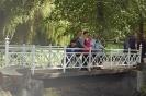 Nałęczów, Park Zdrojowy, Mieszkanki i Opiekunki w czasie spaceru po mostku nad stawem