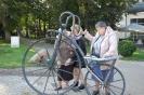 Nałęczów, Park Zdrojowy, Pani Lidia, Pani Dorota i Pani Grażynka oglądają bicykl z brązu