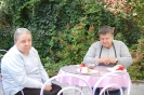 Nałęczów, stolik w restauracyjnym ogrodzie, Pani Dorota i Pani Grażynka delektują się ciastkiem