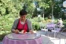 Nałęczów, stolik w restauracyjnym ogrodzie, Pani Ewa delektuje się ciastkiem