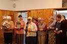 Hol przed Kaplicą w Domu Nadziei, Pani Maria z Mieszkankami dziękują s. Ludwice