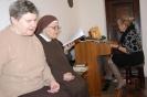 Kaplica w Domu Nadziei, s. Eliza i pani Bogumiła śpiewają kolędy przy akompaniamencie pani Danuty