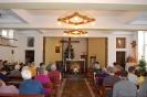 Kaplica w Domu Nadziei, zgromadzeni śpiewają kolędy przy akompaniamencie pani Danuty
