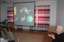 Sala muzykoterapii w Soli Deo, prof. Krzysztof Ziołkowski prowadzi wykład wzbogacony prezentacją fotografii wszechświata