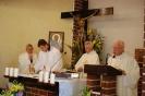 Kaplica w Domu Nadziei, Msza Święta, przy ołtarzu ks. Antoni, p. Piotr, ks. Zygmunt, ks. Edward