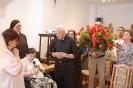 Sala muzykoterapii w Soli Deo, p. Wioletta składa Kapłanom życzenia