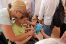 Pracownia tyflologiczna w Soli Deo, Nauczycielka prezentuje Uczennicy prace Mieszkanek