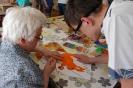 Pracownia tyflologiczna w Soli Deo, p. Zofia prezentuje Uczniowi swoją pracę plastyczną